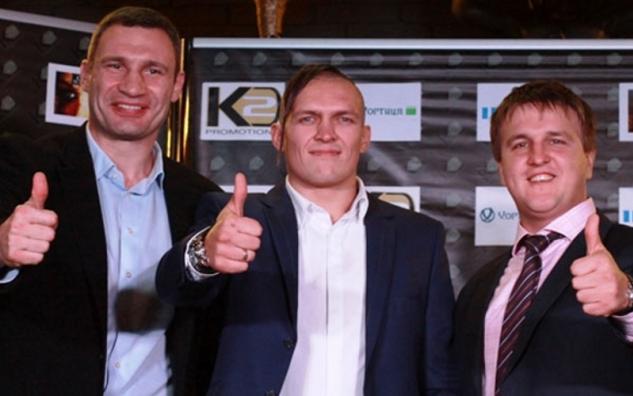 Zleva: Vitalij Kličko, Alexander Usyk, Alexander Krasjuk / zdroj foto: www.fightnews.com
