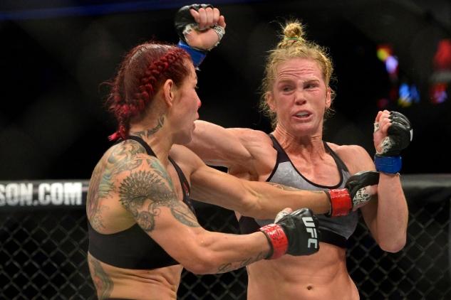 Cris Cyborg vs. Holly Holmová / zdroj foto: MMAjunkie