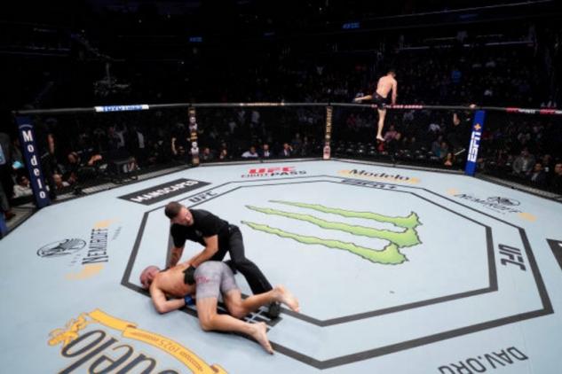 Muradov takto uspal Smitha / zdroj foto: UFC