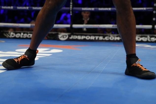 Nohy Davida Hayeho v zápase s Tonym Bellewem