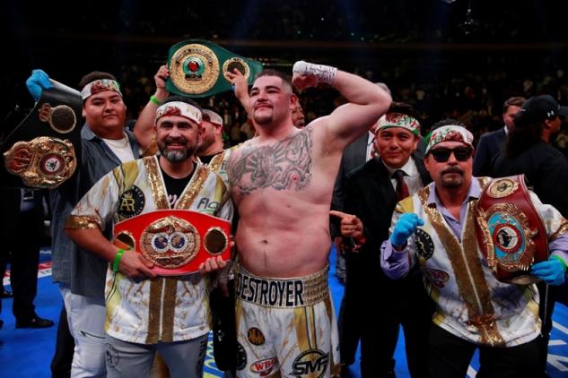 Ruiz s pásy po zápase / zdroj foto: Boxingscene.com