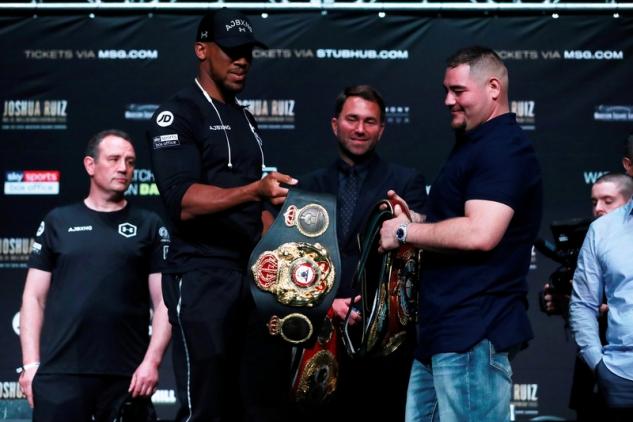 Joshua a Ruiz s pásy na tiskovce / zdroj foto: Boxingscene.com