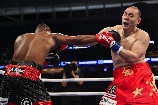 Zhang inkasuje od Forresta / zdroj foto: Matchroom Boxing