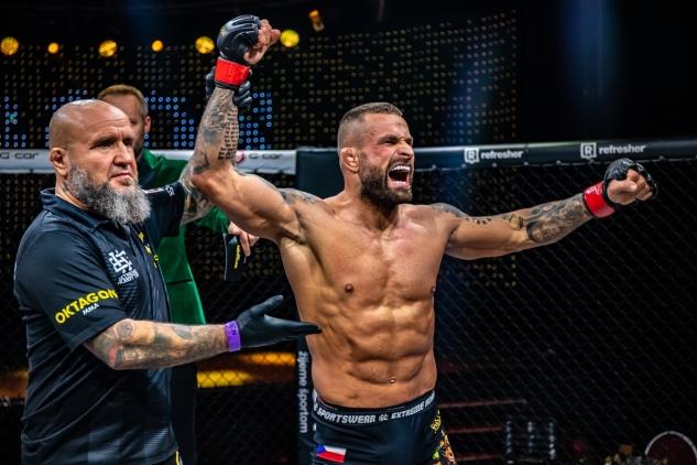 Karlos Vémola slaví / zdroj foto: Oktagon MMA
