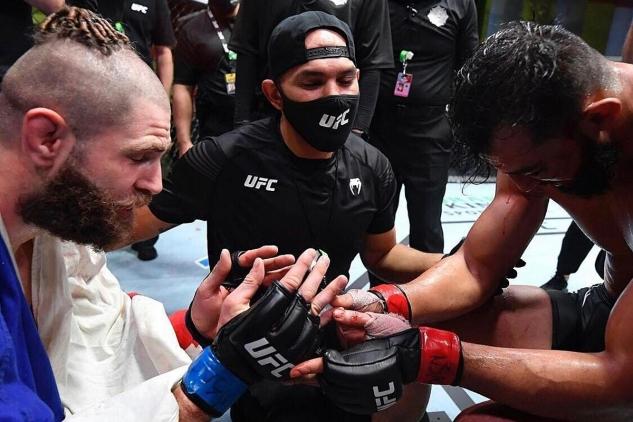 Procházka s Reyesem po zápase / zdroj foto: UFC