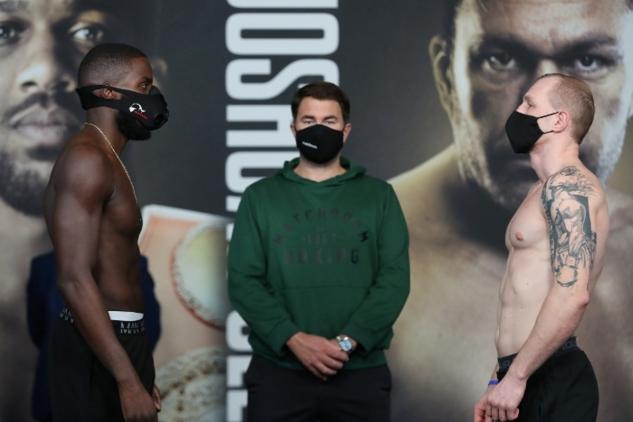 Okolie a Jezewski na váze / zdroj foto: Boxingscene.com