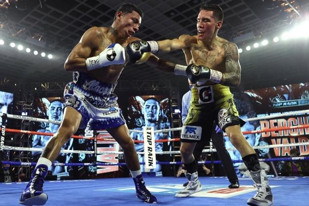Berchelt inkasuje od Valdeze / zdroj foto: Top Rank Boxing