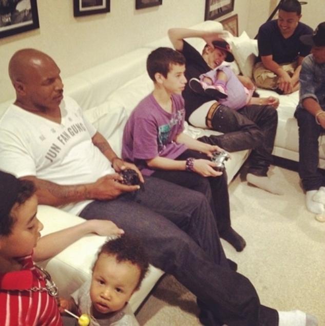 Mike Tyson si hraje doma na gauči